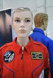 Figures d'une femme et d'un homme dans des costumes de l'espace Photographie stock libre de droits
