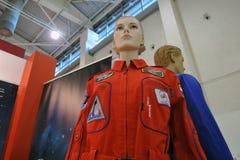 Figures d'une femme et d'un homme dans des costumes de l'espace Image libre de droits