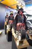 Figures de vieux samouraïs coupables des pneus d'automobile au stand de la société Yokohama Images stock