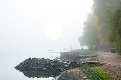 Figures des pêcheurs dans le brouillard Photographie stock