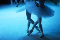 Figures du duo des ballerines sur l'étape Photographie stock