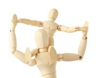 Figures en bois d'enfant se reposant sur le cou du parent Photo stock