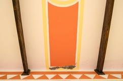 Figures géométriques abstraites de la peinture intérieure d'une vieille maison, de cercle rouge avec les lignes jaunes et de barr images stock