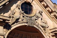 Figures sur la façade à Riga, Lettonie Images libres de droits