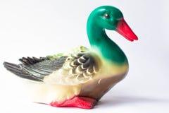 Figurilla de cer?mica de un pato en un fondo blanco con las plumas brillantemente coloreadas Anad?n con el pato de la madre imagen de archivo