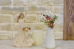 Figurilla de madera de la madre y de la hija fotografía de archivo libre de regalías