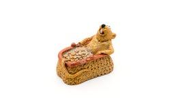 Figurilla de una rata en monedero con las monedas de oro Imagenes de archivo