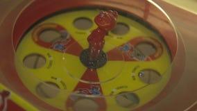 Figurilla del diablo en la rueda de la fortuna almacen de metraje de vídeo