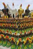 Figurillas del gallo en el monumento al rey Naresuan el grande en Suphan Buri, Tailandia Fotografía de archivo