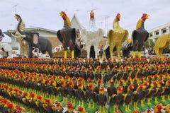 Figurillas del gallo en el monumento al rey Naresuan el grande en Suphan Buri, Tailandia Fotos de archivo