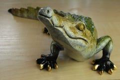 Figurina con un coccodrillo fotografie stock libere da diritti