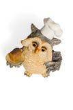 Figurina del gufo in berretto da notte con pane su un vassoio Fotografia Stock Libera da Diritti