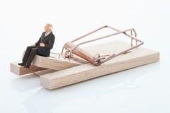 Figurina del pensionato dell'uomo sulla trappola del topo Fotografia Stock Libera da Diritti