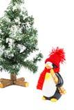 Figurina del pinguino con gli sci e l'albero di Natale Fotografie Stock Libere da Diritti