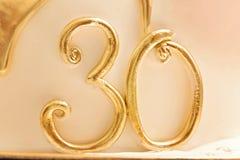 Figurina della pasta dello zucchero del testo trenta di numero dell'oro 30 Sgocciolatura dell'oro Fotografie Stock Libere da Diritti