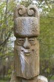 Figurina di legno da un ceppo - un uomo in un cappello fotografia stock libera da diritti