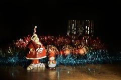 Figurina di Santa Claus, del pupazzo di neve e delle decorazioni di Natale Fotografia Stock Libera da Diritti