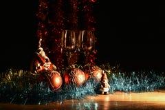 Figurina di Santa Claus, del pupazzo di neve e delle decorazioni di Natale Immagine Stock Libera da Diritti