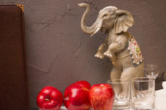 Figurina di un elefante sulla parete del fondo Fotografia Stock Libera da Diritti