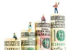 Figurina miniatura con il gesto di vittoria sulla maggior parte della banconota americana stimata del dollaro Immagini Stock Libere da Diritti