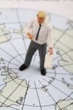 Figurina miniatura di un insegnante di geografia Fotografia Stock