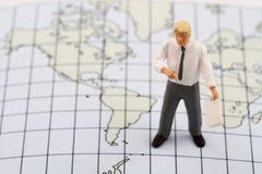 Figurina miniatura di un insegnante di geografia Immagini Stock