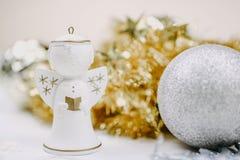 Figurine ангела рождества с blured предпосылкой стоковые фотографии rf