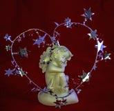 Figurine ангела спать на красной предпосылке Стоковые Изображения RF