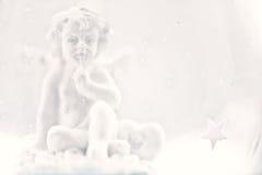 Figurine ангела в запачканной предпосылке Стоковое Изображение RF
