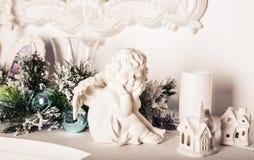 Figurine ангела рождества на белой таблице Стоковое Изображение