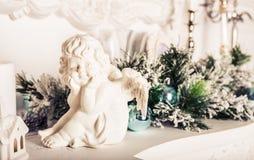 Figurine ангела рождества на белой таблице Стоковая Фотография RF