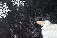 Figurine белой овечки и 2 снежинок на темной предпосылке Стоковые Фотографии RF