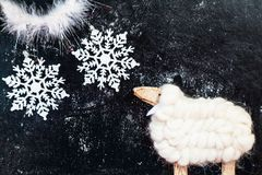 Figurine белой овечки и 2 снежинок на темной предпосылке Стоковое Изображение RF