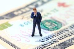 Figurine бизнесмена на банкноте доллара США Деловая репутация на концепции денег Стоковое фото RF