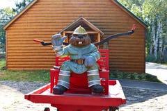 Figurine бобра ` s пожарного на тележке с насосом вход Стоковые Изображения