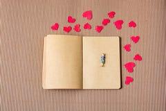 Figurine женщины и концепция влюбленности с бумажными сердцами стоковое фото