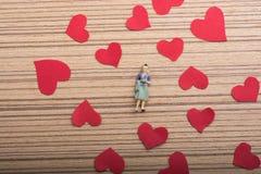 Figurine женщины и концепция влюбленности с бумажными сердцами стоковое фото rf