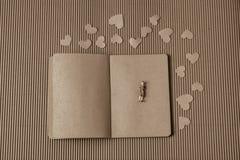 Figurine женщины и концепция влюбленности с бумажными сердцами стоковое изображение rf