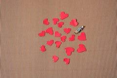Figurine женщины и концепция влюбленности с бумажными сердцами стоковое изображение