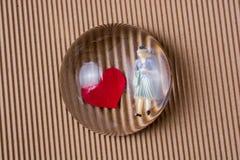 Figurine женщины и концепция любов с бумажными сердцами стоковая фотография rf