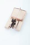 Figurine пенсионера человека на ловушке мыши Стоковая Фотография