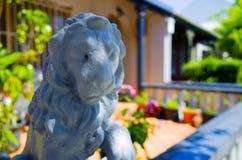 Figurine перед городским домом, Сидней льва, Австралия стоковое фото