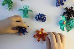 Figurine bakugan dei mostri del gioco del gioco del ragazzo immagini stock