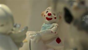 Figurine blanche de clown banque de vidéos