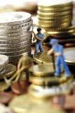 Figurine che scavano soldi, primo piano Immagini Stock