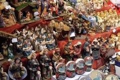 Figurine décorative sur la stalle avec des décorations pendant des vacances d'hiver au marché annuel traditionnel de Noël à Zagre photos stock