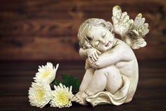 Figurine d'ange et fleurs blanches Photographie stock