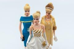 Figurine d'annata di Barbie contro fondo bianco fotografie stock libere da diritti