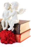 Figurine de deux anges et livres Photo libre de droits