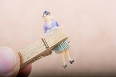 Figurine de femme emprisonnée dans une pince à linge Photo libre de droits